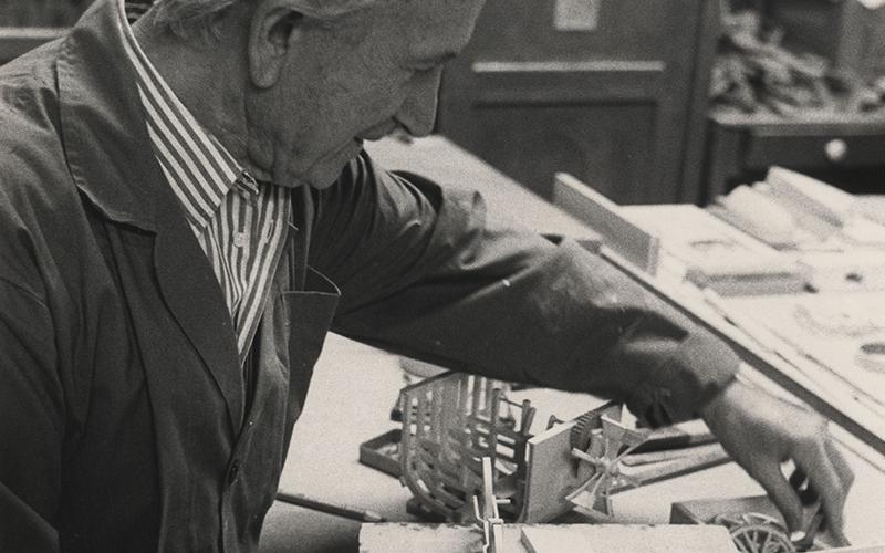 Giovanni Sacchi al tavolo di lavoro
